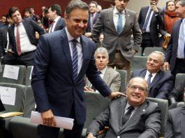 Gilmar Mendes cumprimenta Aécio Neves, em Lisboa, em março de 2016