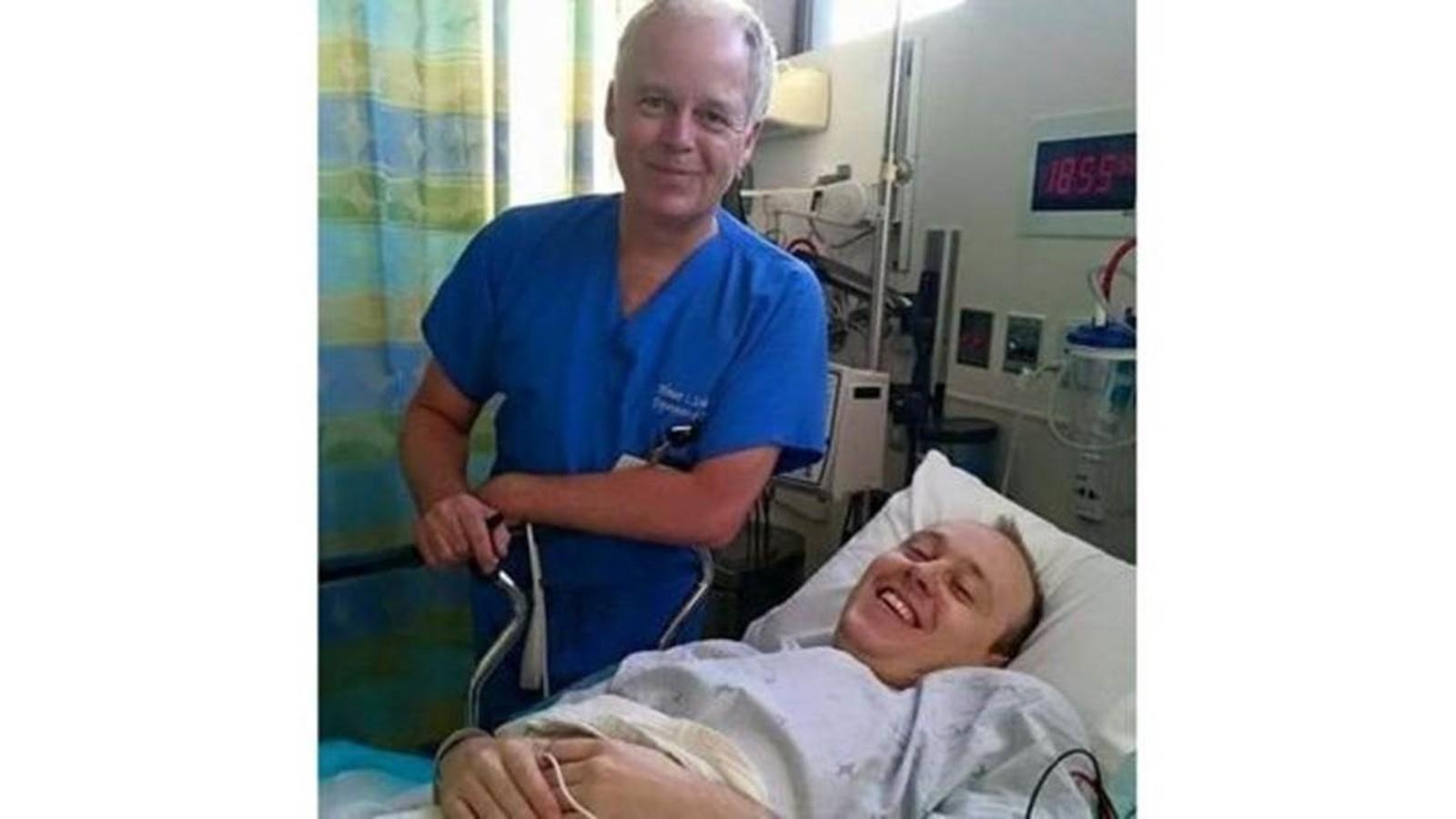 Baldwin recebeu tratamento em Los Angeles com o médico Wouter Schievink, o mesmo que tratou George Clooney (Foto: BBC)