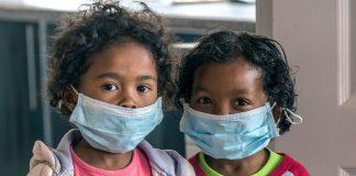 Crianças usam máscaras para se protegerem de contágio em escola em Antananarivo, Madagascar, em foto de 3 de outubro (Foto: AP Photo/Alexander Joe)